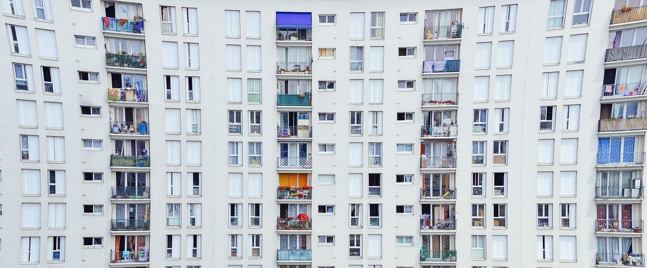 Mieszkanie w kamienicy vs mieszkanie w bloku – w które lepiej inwestować?